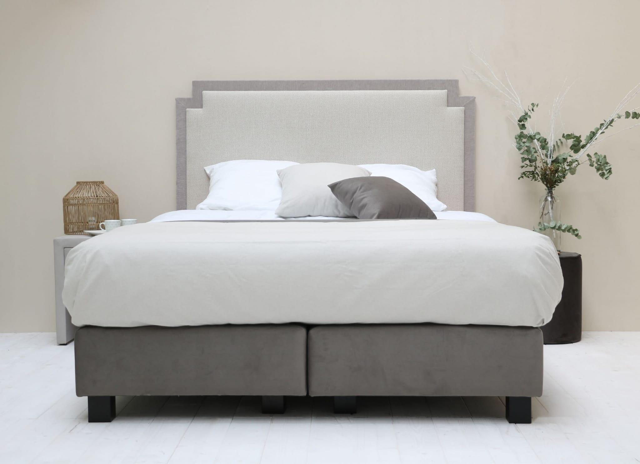 Tête de lit OCTAVIE dans les coloris AUR98 et AM01 Sommiers DÉCO25 dans le coloris NU13 Pieds carrés wengé H10 cm